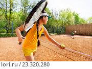Купить «Теннис, девушка подаёт мяч», фото № 23320280, снято 8 мая 2016 г. (c) Сергей Новиков / Фотобанк Лори
