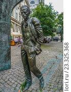 Памятник Булату Окуджаве на Арбате, эксклюзивное фото № 23325368, снято 29 июля 2016 г. (c) Виктор Тараканов / Фотобанк Лори