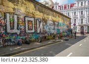 Купить «Стена Виктора Цоя», эксклюзивное фото № 23325380, снято 29 июля 2016 г. (c) Виктор Тараканов / Фотобанк Лори