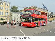 """Купить «Двухэтажный экскурсионный автобус """"City Sihgtseeng"""" на Болотной улице ждет пассажиров», эксклюзивное фото № 23327816, снято 26 июля 2016 г. (c) lana1501 / Фотобанк Лори"""