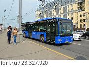Купить «Городской автобус №25 на маршруте. Улица Большой Москворецкий мост. Москва», эксклюзивное фото № 23327920, снято 26 июля 2016 г. (c) lana1501 / Фотобанк Лори