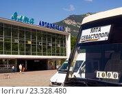 Купить «Автобус Севастополь -  Ялта перед автовокзалом города Ялта, Крым», эксклюзивное фото № 23328480, снято 5 июня 2016 г. (c) Вячеслав Палес / Фотобанк Лори