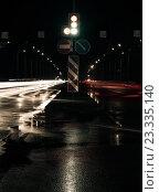Светофор, дорожные знаки, огни автомобилей на ночной дороге. Стоковое фото, фотограф Александр Рыбин / Фотобанк Лори
