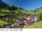 Купить «Швейцарская деревня в горах, вид сверху», фото № 23336188, снято 3 июля 2016 г. (c) Юлия Кузнецова / Фотобанк Лори