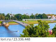Пешеходный мост и вид на Ярославово дворище, Великий Новгород (2016 год). Стоковое фото, фотограф Зезелина Марина / Фотобанк Лори
