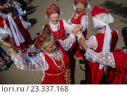 Купить «Женщины в национальных русских костюмах танцуют народный танец во время городского праздника», фото № 23337168, снято 16 июля 2016 г. (c) Николай Винокуров / Фотобанк Лори