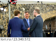 Simon McCoy, BBC Newsreader, broadcasting from College Green, Westminster, July 2016. Редакционное фото, фотограф Phil Robinson / age Fotostock / Фотобанк Лори