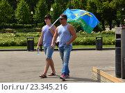 Купить «Молодые люди с флагом и в тельняшках гуляют по аллее. Празднование Дня ВДВ в парке Горького в Москве», эксклюзивное фото № 23345216, снято 2 августа 2016 г. (c) lana1501 / Фотобанк Лори