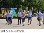 Купить «Радостные десантники с флагом идут на встречу с друзьями. Празднование Дня ВДВ в парке Горького в Москве», эксклюзивное фото № 23349648, снято 2 августа 2016 г. (c) lana1501 / Фотобанк Лори