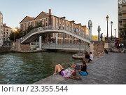 Купить «Вид на Крымский мост в 19 округе Парижа, Франция», фото № 23355544, снято 17 июля 2016 г. (c) Илья Бесхлебный / Фотобанк Лори