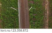 Купить «Вид сверху на полотно железной дороги с электрическими опорами», видеоролик № 23358872, снято 21 июля 2016 г. (c) Кекяляйнен Андрей / Фотобанк Лори
