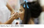 Купить «Визажист делает девушке красивый макияж, парикмахер делает прическу», видеоролик № 23359180, снято 5 августа 2016 г. (c) Константин Шишкин / Фотобанк Лори