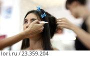 Купить «Визажист делает модели красивый макияж, парикмахер делает прическу», видеоролик № 23359204, снято 5 августа 2016 г. (c) Константин Шишкин / Фотобанк Лори
