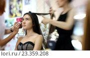 Купить «Визажист делает модели красивый макияж, парикмахер делает прическу», видеоролик № 23359208, снято 5 августа 2016 г. (c) Константин Шишкин / Фотобанк Лори