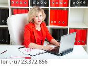 Купить «Девушка в офисе работает за ноутбуком», фото № 23372856, снято 18 июня 2016 г. (c) Сергей Дубров / Фотобанк Лори