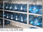 Большие бутыли с питьевой водой для кулера лежат на стеллаже (2016 год). Редакционное фото, фотограф Иван Орехов / Фотобанк Лори