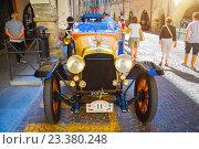 Купить «Джейрано автомобиль 1920 года выпуска на выставке ,Чева,Италия», фото № 23380248, снято 8 августа 2016 г. (c) Emelinna / Фотобанк Лори