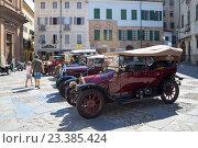 Выставка коллекции старых машин 1910-1940 гг. на площади  в  городе Чева,Италия. (2016 год). Редакционное фото, фотограф Emelinna / Фотобанк Лори