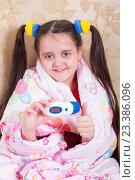 Купить «Заболевшая грустная девочка укуталась в одеяло», фото № 23386096, снято 12 августа 2016 г. (c) Emelinna / Фотобанк Лори