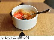 Купить «Завтрак. Овсяная каша с клубникой и карамелью», фото № 23388344, снято 12 июля 2016 г. (c) Валерия Попова / Фотобанк Лори