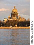 Купить «Исаакиевский собор крупным планом в лучах заходящего солнца. Вид со стороны Адмиралтейской набережной. Санкт-Петербург», фото № 23392372, снято 23 апреля 2016 г. (c) Виктор Карасев / Фотобанк Лори