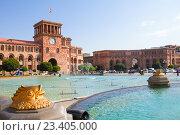 Купить «Скульптуры в виде золотых рыб фонтана на главной площади Еревана. Армения», фото № 23405000, снято 17 августа 2016 г. (c) Emelinna / Фотобанк Лори
