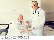 Купить «doctor giving medicine to senior woman at hospital», фото № 23405168, снято 11 июня 2015 г. (c) Syda Productions / Фотобанк Лори