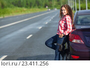 Купить «Автомобилистка около автомобиля на дороге, свободное пространство», фото № 23411256, снято 12 августа 2016 г. (c) Кекяляйнен Андрей / Фотобанк Лори