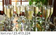 Бокалы с шампанским. Стоковое видео, видеограф Александр Устич / Фотобанк Лори