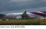 Купить «Airplane was taxiing to the runway», видеоролик № 23419036, снято 26 ноября 2015 г. (c) Игорь Жоров / Фотобанк Лори