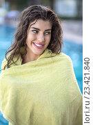 Купить «Девушка в зеленом полотенце у бассейна», фото № 23421840, снято 10 августа 2016 г. (c) Andriy Bezuglov / Фотобанк Лори