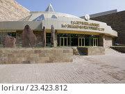 Купить «Камни с наскальными рисунками у входа в музейно-культурный центр Хакасии», эксклюзивное фото № 23423812, снято 26 июля 2016 г. (c) Шичкина Антонина / Фотобанк Лори