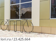 Купить «Оригинальная велопарковка около магазина», фото № 23425664, снято 14 августа 2016 г. (c) Наталья Гармашева / Фотобанк Лори