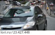Купить «Движение автомобилей по оживленной трассе», видеоролик № 23427448, снято 24 октября 2014 г. (c) Elnur / Фотобанк Лори