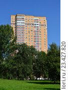 Купить «Двадцатипятиэтажный панельный жилой дом, построен в 2012 году. Заревый проезд, 1, корпус 1. Район Северное Медведково. Москва», эксклюзивное фото № 23427820, снято 11 августа 2016 г. (c) lana1501 / Фотобанк Лори