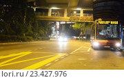 Купить «Автобус отъезжает от автобусной остановки», видеоролик № 23427976, снято 23 октября 2014 г. (c) Elnur / Фотобанк Лори