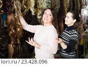 Купить «Friends buying clip-in natural hair extension», фото № 23428096, снято 17 октября 2018 г. (c) Яков Филимонов / Фотобанк Лори