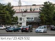 Купить «Владикавказ. Парковка перед Республиканской клинической больницей», фото № 23429532, снято 9 августа 2016 г. (c) Андрей Багаев / Фотобанк Лори