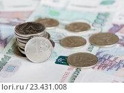 Купить «Рублевые монеты на купюрах в 1000 и 500 рублей», фото № 23431008, снято 21 августа 2016 г. (c) Екатерина Овсянникова / Фотобанк Лори