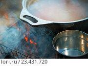 Суп и чай в кастрюлях нагреваются на углях. Стоковое фото, фотограф Павел / Фотобанк Лори