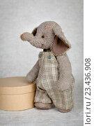 Игрушечный слон, стилизованный под старую игрушку. Стоковое фото, фотограф Римма Зайцева / Фотобанк Лори