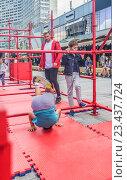 Купить «Освоение азов паркура для мальчиков и девочек под наблюдением тренеров на Новом Арбате», эксклюзивное фото № 23437724, снято 25 августа 2016 г. (c) Виктор Тараканов / Фотобанк Лори