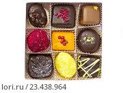 Девять шоколадных конфет ручной работы в коробке на белом фоне. Стоковое фото, фотограф Светлана Пасечная / Фотобанк Лори