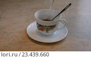 Купить «Чашка с молотым кофе заливается кипятком из чайника», видеоролик № 23439660, снято 28 августа 2016 г. (c) Сергей Громыко / Фотобанк Лори