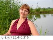 Купить «Портрет зрелой женщины  на фоне озера», фото № 23440316, снято 24 июля 2016 г. (c) Ирина Борсученко / Фотобанк Лори
