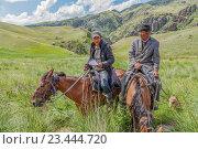 Купить «Доброжелательные и улыбчивые казахские пастухи горного плато Ассы, Казахстан», эксклюзивное фото № 23444720, снято 9 июля 2016 г. (c) Николай Сивенков / Фотобанк Лори