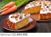 Купить «Морковный торт с глазурью и грецкими орехами на столе», фото № 23444908, снято 24 августа 2016 г. (c) Надежда Нестерова / Фотобанк Лори
