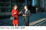 Деловая женщина отвергает предложение бизнесмена. Стоковое видео, видеограф Алексей Собченко / Фотобанк Лори