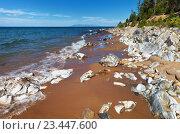 Купить «Озеро Байкал. Живописный песчаный берег с белыми камнями в солнечный летний день», фото № 23447600, снято 26 августа 2016 г. (c) Виктория Катьянова / Фотобанк Лори
