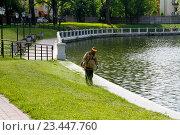 Купить «Работник косит траву возле пруда в Калининграде», фото № 23447760, снято 3 августа 2016 г. (c) Юлия Олейник / Фотобанк Лори